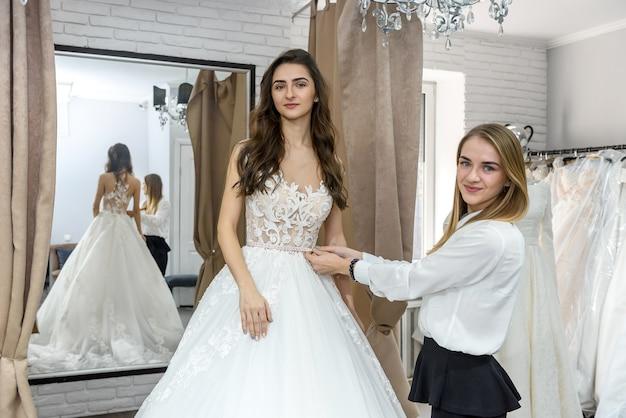 Молодая и красивая невеста позирует в свадебном платье