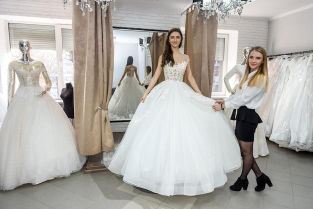 ウェディングドレスでポーズをとる若くて美しい花嫁