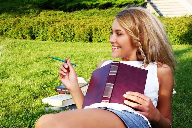 Молодая и красивая девушка делает домашнюю работу