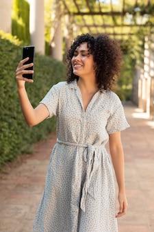 온라인 회의를 하는 젊고 아름다운 여성