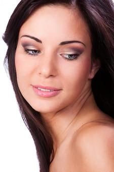 きれいな肌を持つ若くて美しい女性