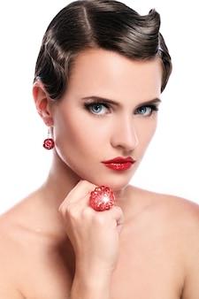 赤い宝石の若くて美しい女性