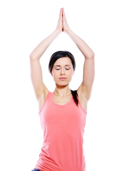 Молодая и красивая девушка делает упражнения йоги