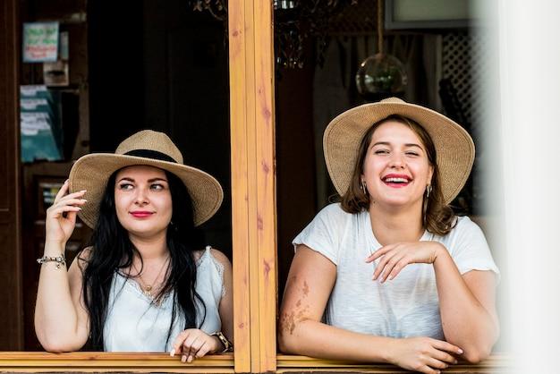 젊고 쾌활한 여성 부부는 재미 있고 우정에서 함께 웃습니다.