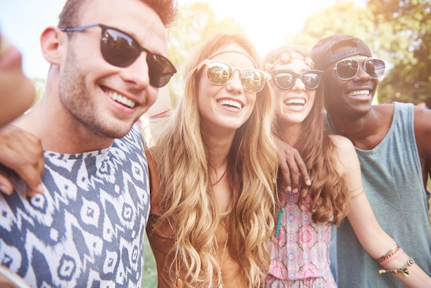 一緒に楽しんでいる若くて陽気な人々