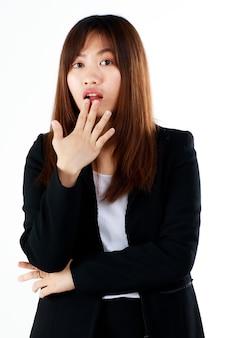 젊고 신선한 졸업식 아시아 여성 사업가가 양복을 입고 흥분과 놀라움의 몸짓으로 흰색 배경에 포즈를 취하고 있습니다.