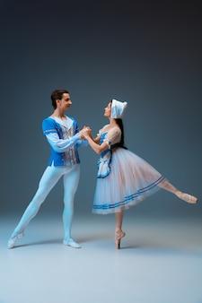 스튜디오 배경에서 신데렐라 페어리테일 캐릭터로 젊고 우아한 발레 댄서. 예술, 모션, 액션, 유연성, 영감 개념. 영감을 받은 춤을 추는 유연한 백인 발레 댄서.