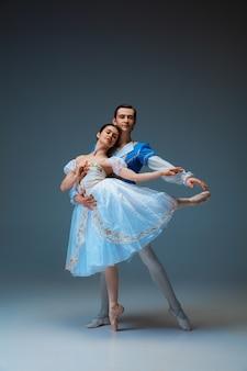 스튜디오 배경에서 신데렐라 페어리테일 캐릭터로 젊고 우아한 발레 댄서. 예술, 모션, 액션, 유연성, 영감 개념. 유연한 백인 발레 댄서들이 포즈를 취하고 춤을 춥니다.