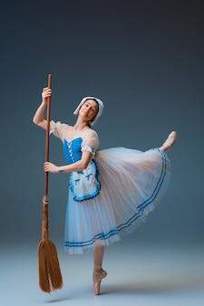 스튜디오 배경에서 신데렐라 페어리테일 캐릭터로 젊고 우아한 여성 발레 댄서입니다. 예술, 모션, 액션, 유연성, 영감 개념. 영감을 받은 춤을 추는 유연한 발레리나.