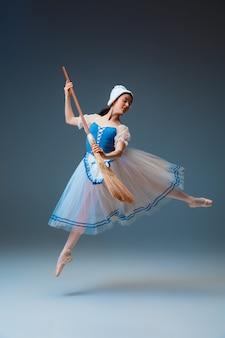 신데렐라 페어리테일 캐릭터로 젊고 우아한 여성 발레 댄서