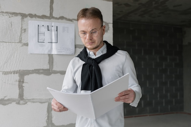 Молодой и красивый европейский мужчина-дизайнер или архитектор за работой