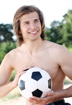 축구 공으로 젊고 잘 생긴 남자