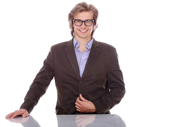 Молодой и красивый мужчина в очках