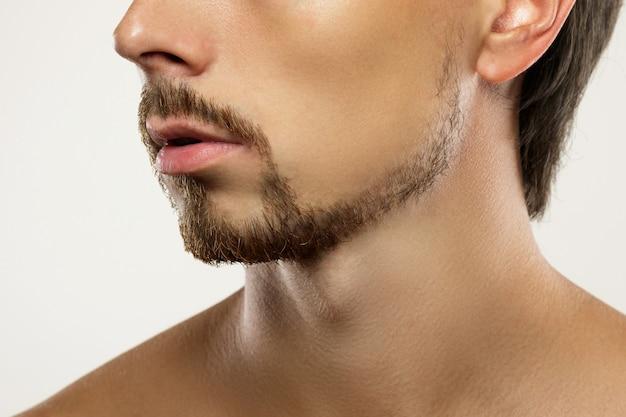 라틴계 스타일의 수염을 가진 젊고 잘 생긴 남자