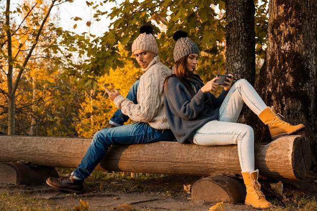 秋の公園で若くて幸せなカップル