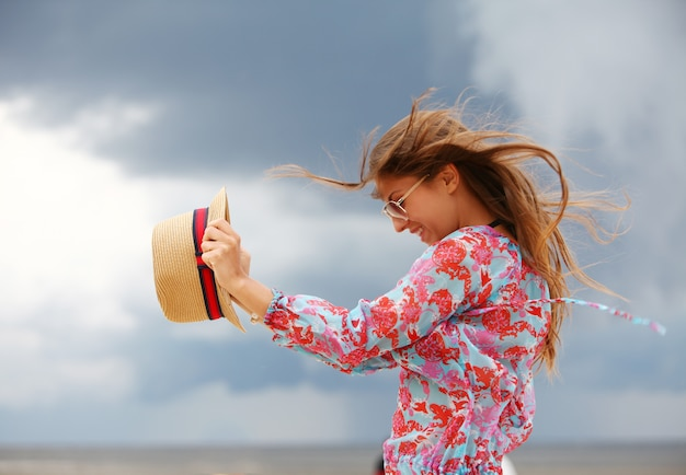 해변에서 젊고 행복 한 여자