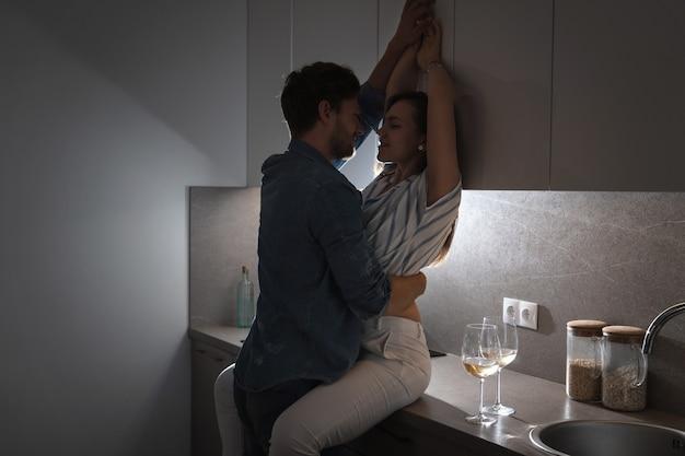와인을 마시고 집에서 휴식하는 젊고 감각적 인 커플