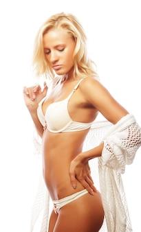 흰색 란제리에 젊고 섹시한 금발 여자