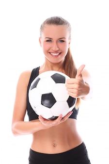 Молодая и сексуальная девушка с футбольным мячом