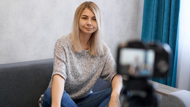 Молодой и умный. красивая молодая женщина в повседневной одежде во время записи видео blod