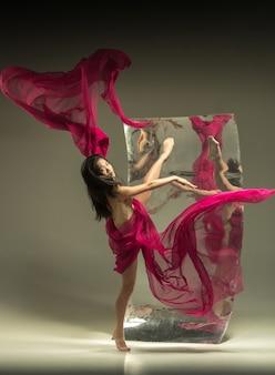 ミラー付きブラウンの若くてスタイリッシュなモダンなバレエダンサー 無料写真