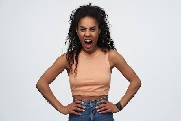 젊은 화가, 미친 미친 아프리카 계 미국인 여성, 넓게 열린 입으로 매우 크게 비명을 지른다.