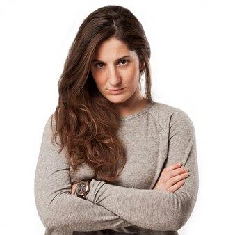 腕を組んで若い怒っている女性
