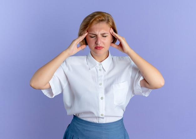 젊은 화가 금발 러시아 여자 복사 공간이 보라색 배경에 고립 된 닫힌 된 눈으로 머리를 보유