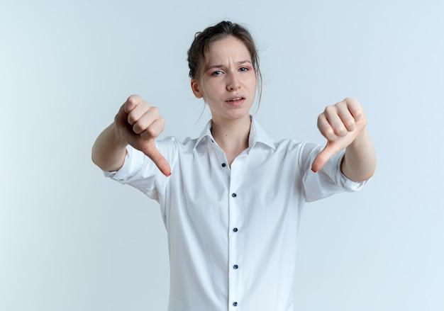 젊은 화가 금발 러시아 여자 엄지 손가락 복사 공간 흰색 공간에 고립
