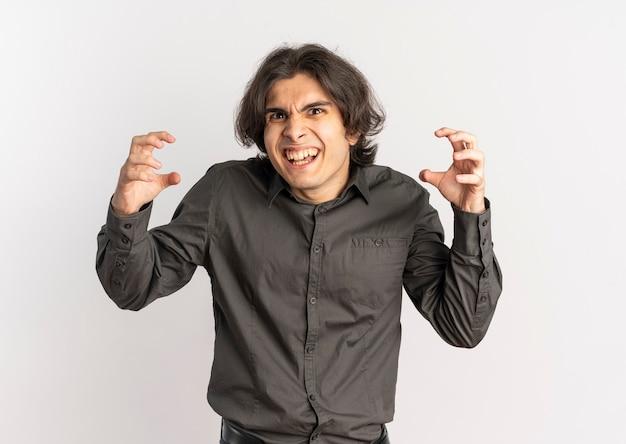 若いイライラハンサムな白人男性は、コピースペースで白い背景で隔離の指を絞る