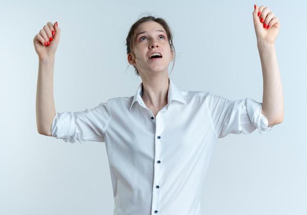 Giovane ragazza russa bionda ansiosa guarda e alza i pugni Foto Gratuite