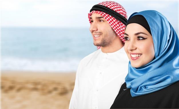 Молодая арабская пара на фоне моря