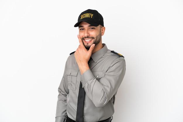 Молодой арабский человек, изолированные на белом фоне, счастлив и улыбается