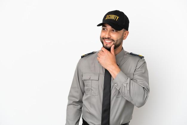Молодой арабский человек, изолированные на белом фоне, глядя в сторону и улыбаясь