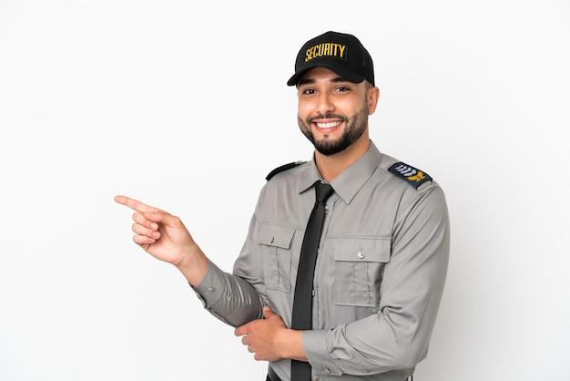 Молодой арабский человек, изолированные на белом фоне, указывая пальцем в сторону