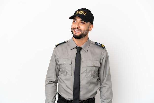 Молодой арабский человек изолирован на белом фоне, думая об идее, глядя вверх