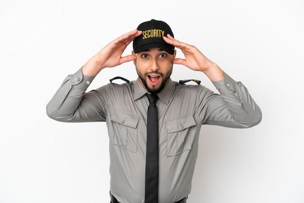 Молодой арабский мужчина изолирован на белом фоне с выражением удивления