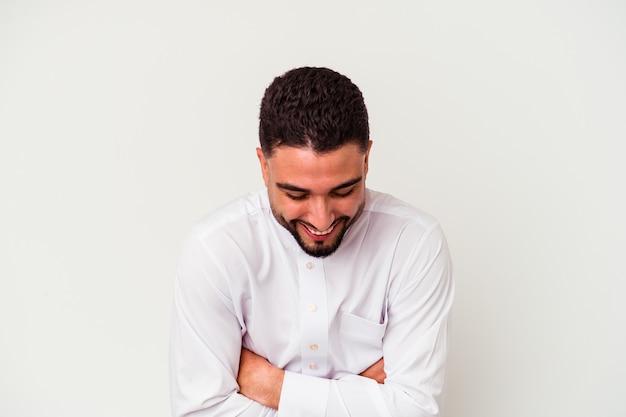 白い背景に典型的なアラブの服を着た若いアラブ人が笑い、楽しんでいる。