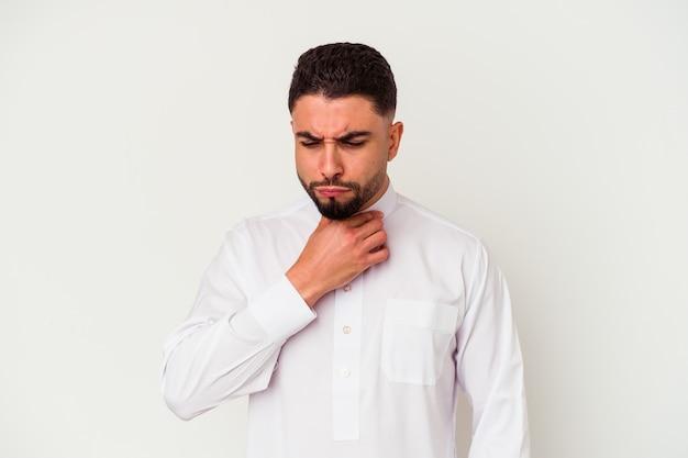 흰색 배경에 고립 된 전형적인 아랍 옷을 입고 젊은 아랍 남자는 바이러스 또는 감염으로 인해 목에 통증을 앓고 있습니다.