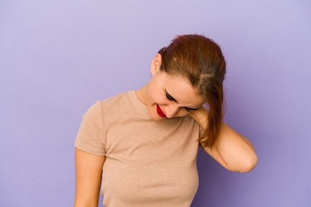 스트레스로 인해 목에 통증이있는 젊은 아랍 혼혈 여성, 마사지 및 손으로 만지기