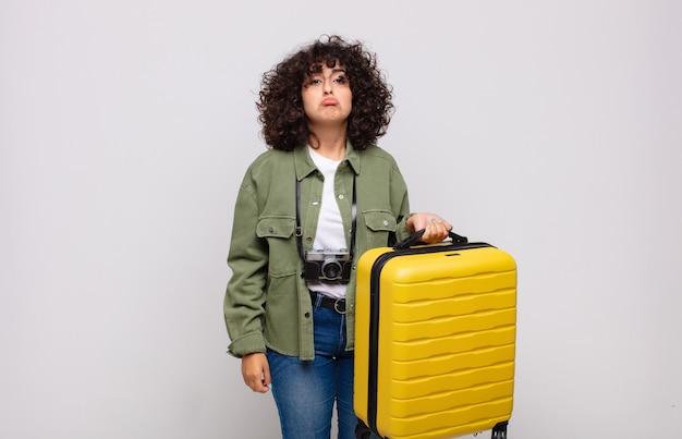 부정적이고 좌절 된 태도 여행 개념으로 우는 불행한 표정으로 슬프고 징징이를 느끼는 젊은 아랍 여성