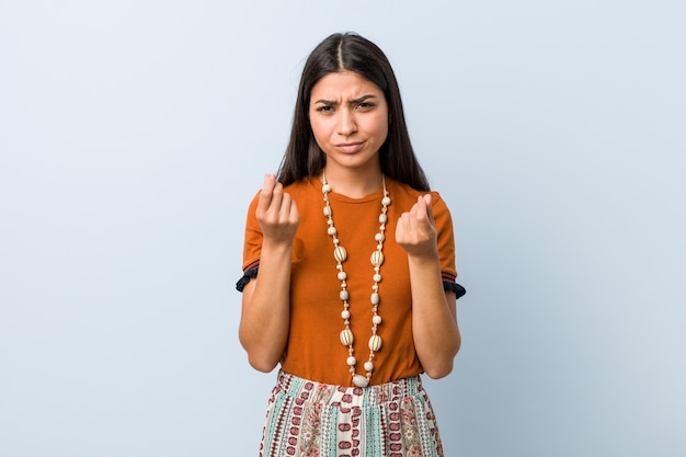 Молодая арабская женщина показывает, что у нее нет денег.