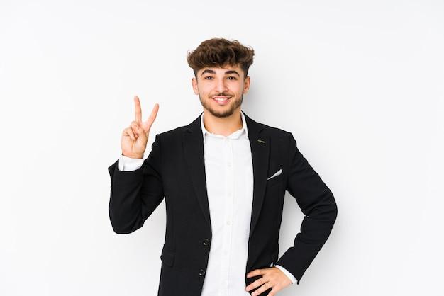 アラビアの若いビジネスマンが指で番号2を示す分離されました。