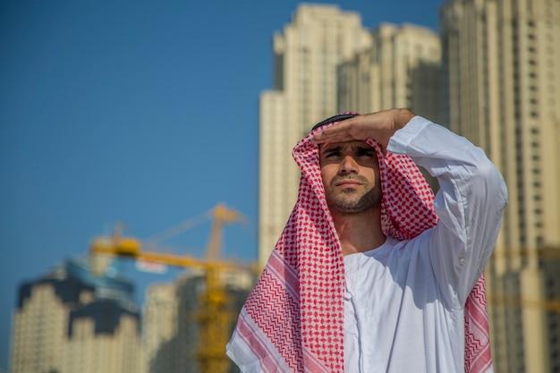 Молодой арабский деловой человек