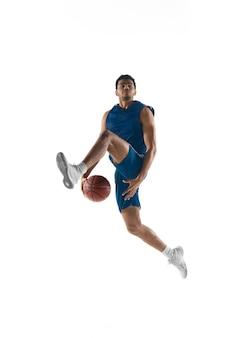 Giovane giocatore di basket muscoloso arabo in azione, movimento isolato su bianco