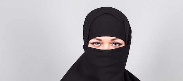 Hijab 또는 niqab에서 젊은 아라비아 여성.