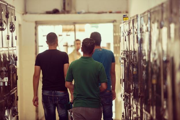 大学のロッカールームにいる若いアラブ人学生
