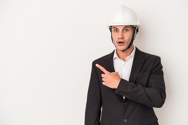 側面を指している白い背景で隔離の若い建築家白人男性
