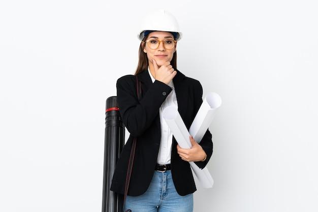 ヘルメットを持つ若い建築家白人女性