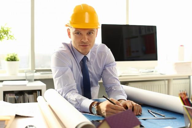 젊은 건축가 프리랜서 남자 청사진 작업